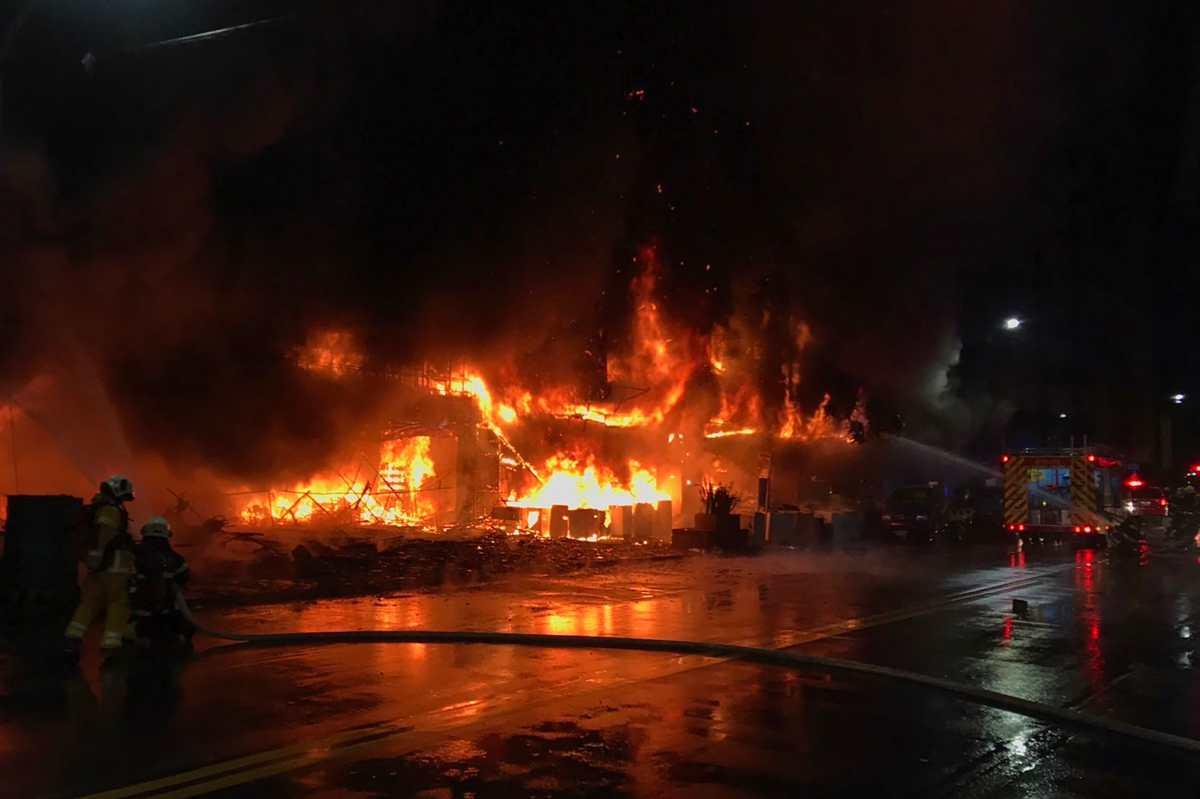 Tragedia en Taiwán: Videos muestran voraz incendio que dejó al menos 46 muertos en un edificio