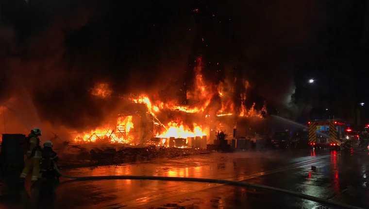 Esta fotografía publicada por el Departamento de Bomberos de Kaohsiung, Taiwán, muestra el incendio que arrasó un edificio. (Foto Prensa Libre: AFP)