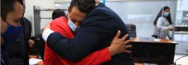 Víctor Manuel Salas llora luego de escuchar el fallo. (Foto Prensa Libre: Carlos Hernández)