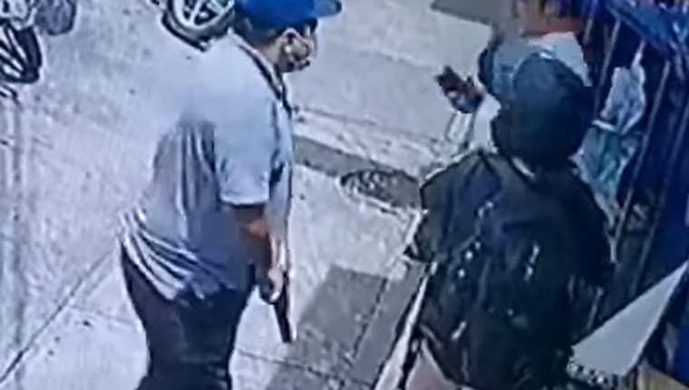 Cámara graba asalto contra dos personas en la zona 11 de la capital. (Foto Prensa Libre: Tomada de video de Noticias del Atlántico)