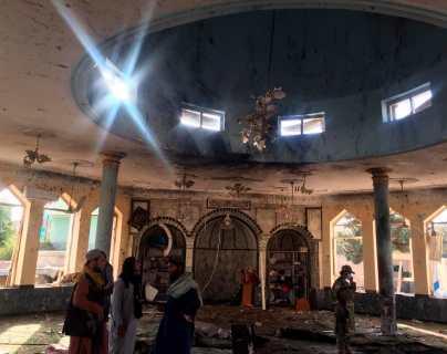Imágenes muestran cómo fue el brutal ataque suicida que dejó decenas de muertos y heridos en una mezquita de Afganistán