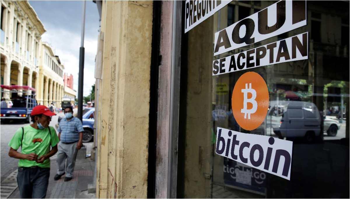 Diferentes establecimientos en El Salvador aceptan bitcóins. (Foto Prensa Libre: EFE)
