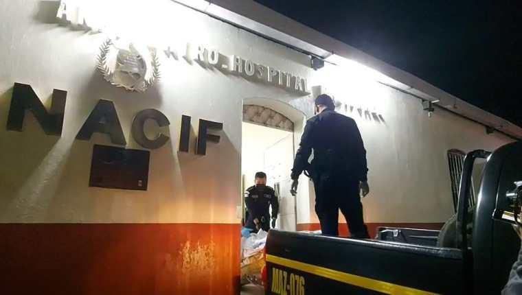Cadáveres hallados en Mazatenango son trasladados a la morgue local. (Foto Prensa Libre: Marvin Túnchez)