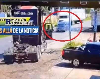 Video: Picop rebasa a tráiler, arrolla a motorista y se estrella con otro camión en Retalhuleu
