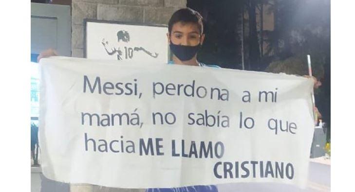 Un niño se apareció en el campamento de Argentina para pedirle disculpas a Leo Messi. (Foto Prensa Libre: @ManuHeredia21)