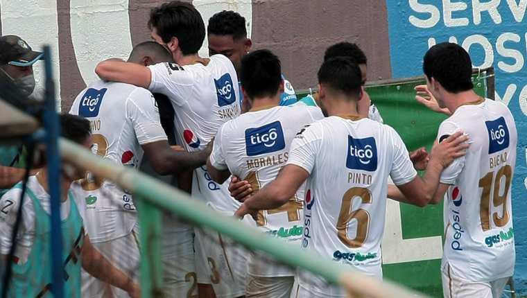 Los jugadores de Comunicaciones festejando el 1-2 de Lynner García en el último minuto sobre Nueva Concepción. (Foto Prensa Libre: Comunicaciones FC Facebook)