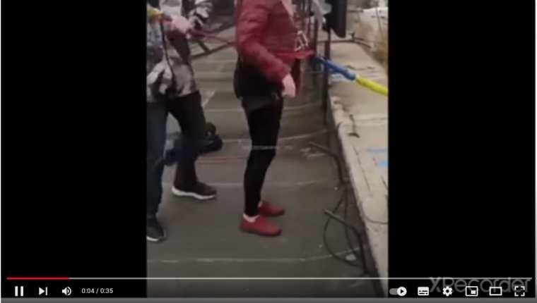 El accidente quedó grabado en un video que se hizo viral en las redes sociales. (Foto Prensa Libre: Captura de pantalla)