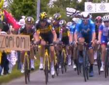 Momento que quedó para la historia en el Tour de Francia. (Foto Prensa Libre: Twitter)
