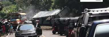 Vehículos particulares, de carga y de pasajeros resultaron involucrados en un choque en el km 196 de la ruta de Reu a Xela. (Foto Prensa Libre: Cruz Roja Guatemalteca)