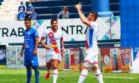 El jugador de Xelajú, Orlando Moreira (derecha) festeja con los brazos en alto el primer gol de su equipo ante Cobán en el Estadio Verapaz. (Foto Prensa Libre: Xelajú Twitter)
