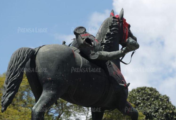 """""""Los daños son irreparables"""": Municipalidad y Ministerio de Cultura denuncian a supuestos manifestantes que vandalizaron monumentos"""