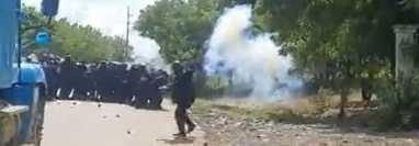 Momento del desalojo violento en El Estor donde un grupo de personas manifestaba contra la minería. (Foto Prensa Libre: PNC)