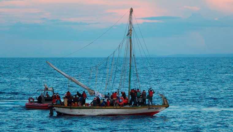 La Guardia Costera de los Estados Unidos rescató a más de 400 haitianos que fueron interceptados en dos embarcaciones sobrecargadas de inmigrantes, informó este sábado la agencia federal en dos comunicados. Foto de archivo. (Foto Prensa Libre: EFE)