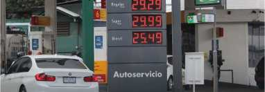 El precio del galón de combustible registró un incremento de Q1 en las estaciones de servicio. (Foto Prensa Libre: Érick Ávila)