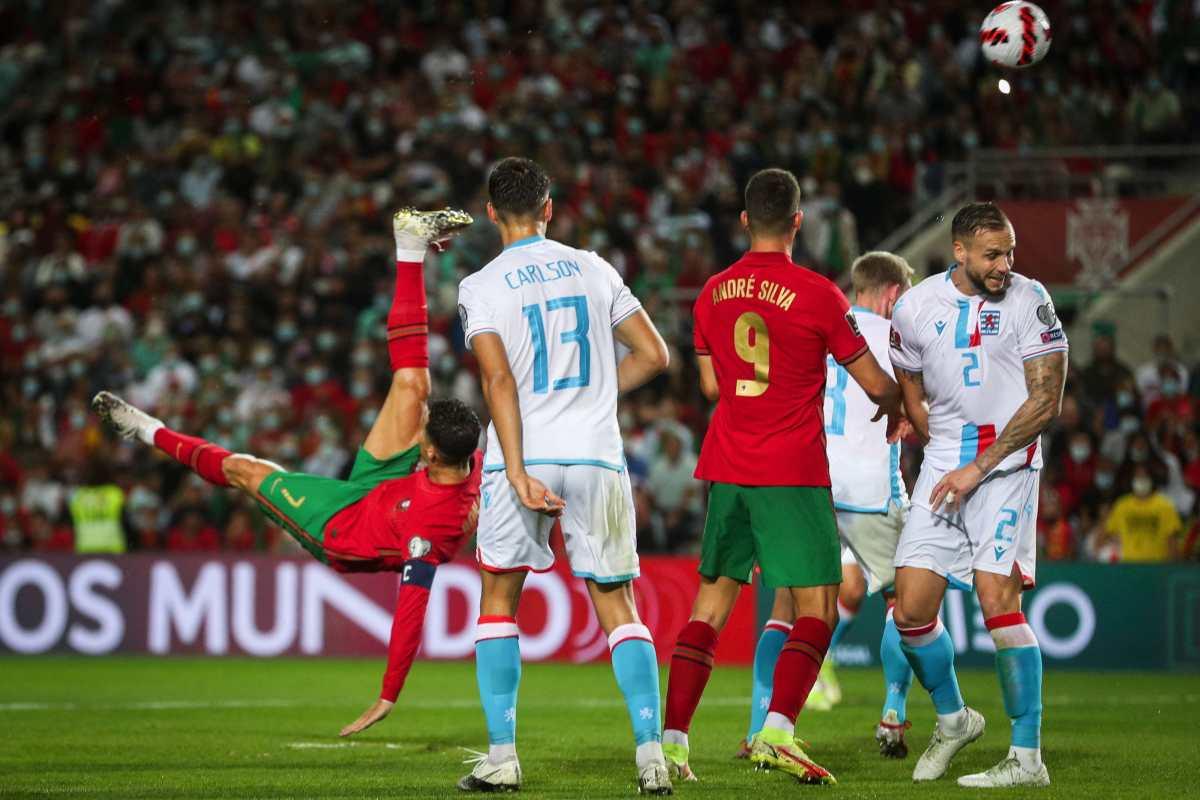 La espectacular atajada del portero de Luxemburgo, para evitar un golazo de chilena de Cristiano Ronaldo