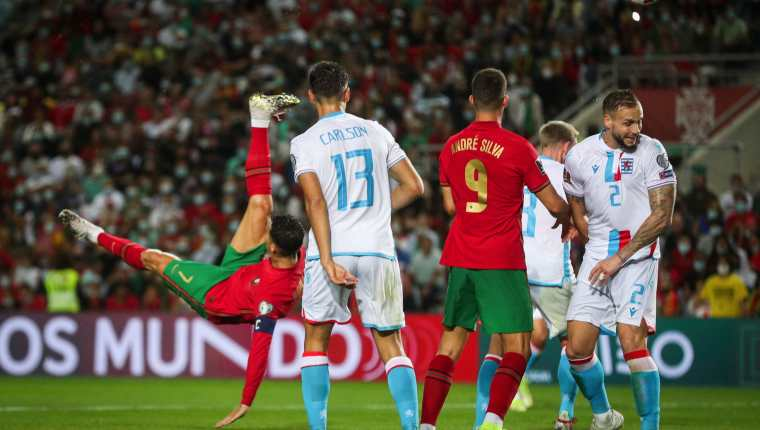 Cristiano Ronaldo casi anota de chilena frente a Luxemburgo. (Foto Prensa Libre: AFP)