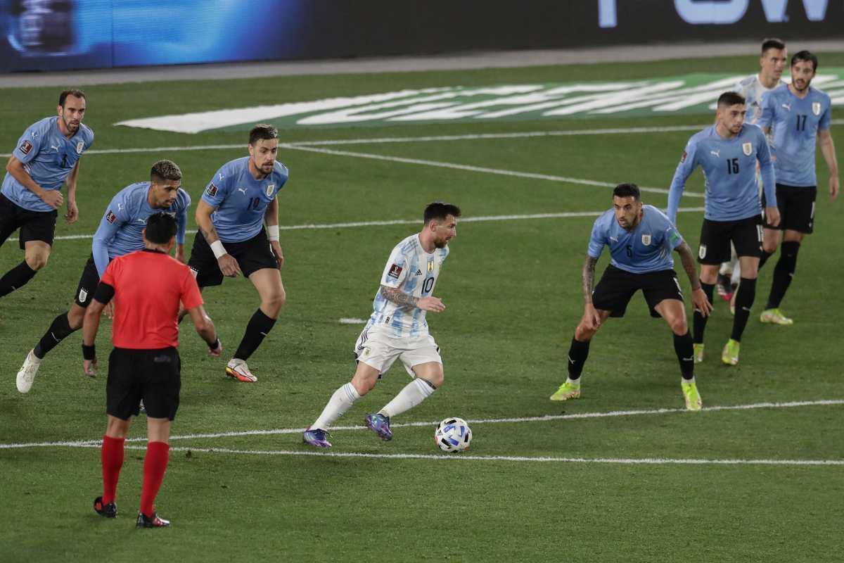 Messi rodeado de siete defensas uruguayos: la foto viral de Leo antes del tercer gol de Argentina