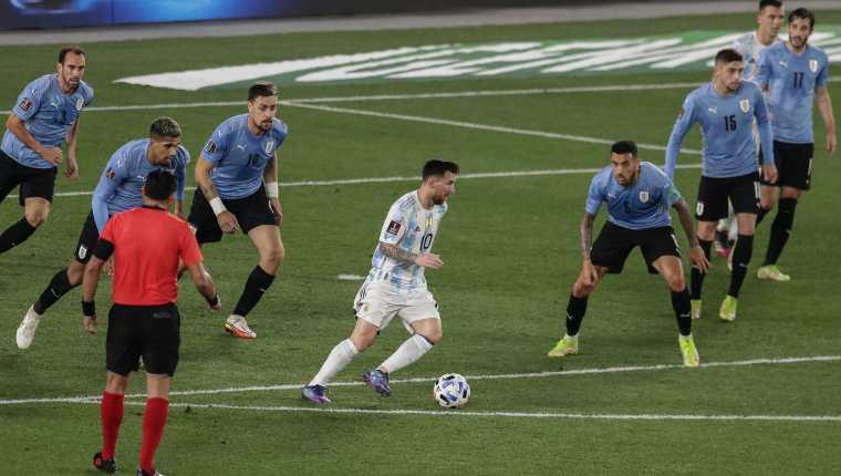 Messi rodeado de siete defensas uruguayos: la foto viral de Leo antes del tercer  gol de Argentina – Prensa Libre