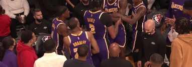 Los jugadores del LA Lakers Dwight Howard y Anthony Davis protagoizaron una bochornosa pelea entre ellos enfrentando a los Suns de Phoenix. (Foto Prensa Libre: Twitter)