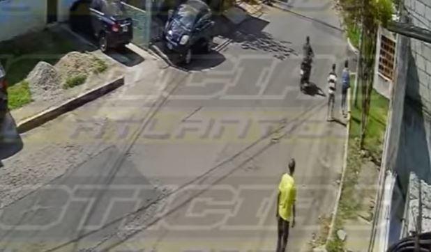 Momento del asalto a una mujer en la zona 18 de la capital. (Foto Prensa Libre: Tomada de video de Noticias del Atlántico)