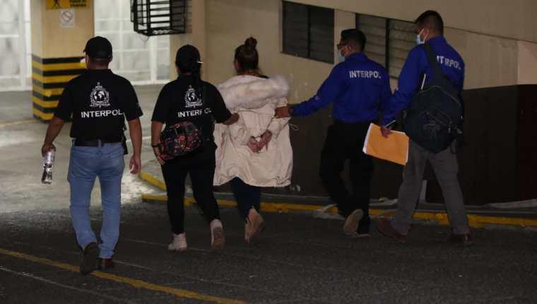Gloria Raquel González García, alias la Patrona o la Seño, fue puesta a disposición de las autoridades guatemaltecas por agentes de la Interpol (Foto Prensa Libre: PNC)