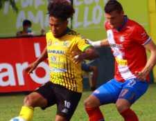 El jugador de Guastatoya Fredy Orellana (18) disputa el balón a su rival Orlando Moreira (27).  (Foto Prensa Libre: Xelajú Oficial)