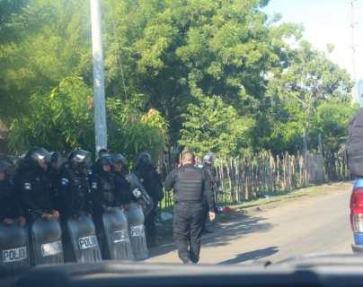 Contingentes de la PNC han sido enviados a El Estor, Izabal, para liberar la ruta bloqueada por manifestantes que se oponen a las operaciones de una minera. (Foto Prensa Libre: PNC)