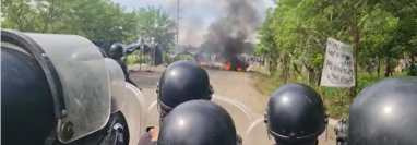Un contingente de antimotines avanza para disolver una manifestación en El Estor, Izabal. (Foto Prensa Libre: PNC)