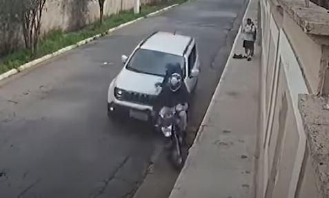 Dos ladrones fueron captados por cámaras de seguridad en Sao Paulo, Brasil, cuando son arrollados por un automovilista. (Foto Prensa Libre: Yotube)