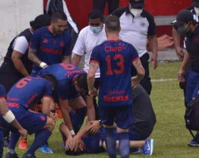 El futbolista de Municipal John Méndez recibe el apoyo de sus compañeros tras lesionarse en el duelo ante Iztapa. (Foto Prensa Libre: FutbolerosGT)