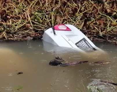 Lugar donde una mujer y su hija murieron cuando su vehículo cayó en una hondonada con agua en Ocós, San Marcos. (Foto Prensa Libre: Cortesía)