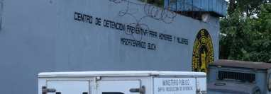 Cárcel de Mazatenango donde fue localizado sin vida Johnny Hernández señalado de haber dado muerte a su conviviente. (Foto Prensa Libre: Victoria Ruiz)