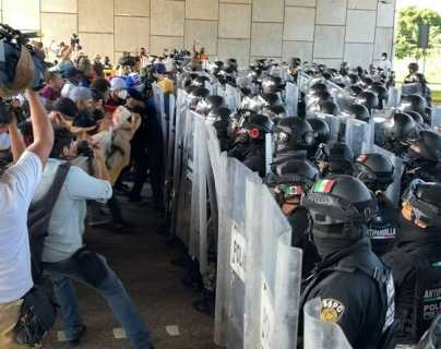 Fuerzas de seguridad mexicanas intentaban contener a miles de migrantes que buscan llegar a CDMX para luego continuar a EE. UU. (Foto Prensa Libre: Diario del Sur)