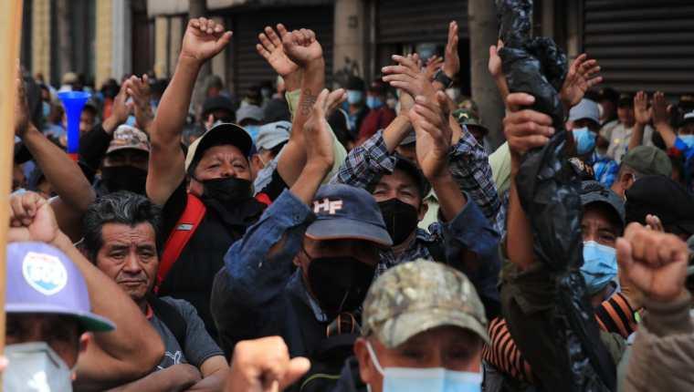En los alrededores del Congreso de la República, veteranos militares se reunieron para pedir la aprobación de una indemnización de Q120 mil para cada uno. (Foto Prensa Libre: Byron García)