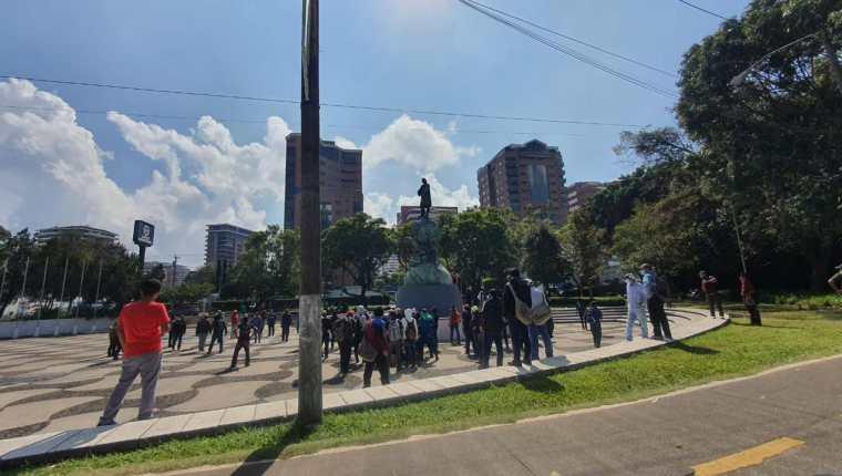Personas intentaron derribar el monumento de Cristóbal Colón durante una manifestación en las avenidas de las Américas y Reforma. (Foto Prensa Libre: Amílcar Montejo)