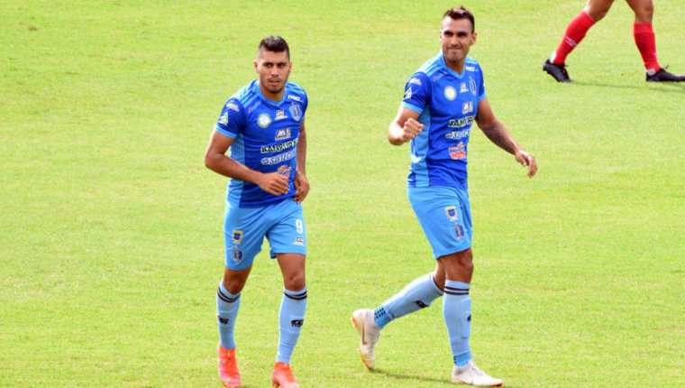 Los jugadores de Santa Lucía, Charles Martínez (derecha) y el delantero Isaac Acuña (izquierda) festejan el primer gol de su equipo ante Municipal. (Foto Prensa Libre: FC Santa Lucía Facebook)