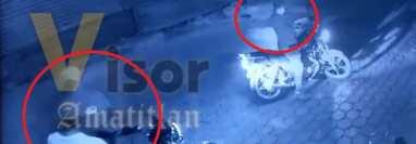 Ladrones para robar una moto en Teculután, Zacapa, apuntaron las armas que llevaban a sus víctimas. (Foto Prensa Libre: Facebook)