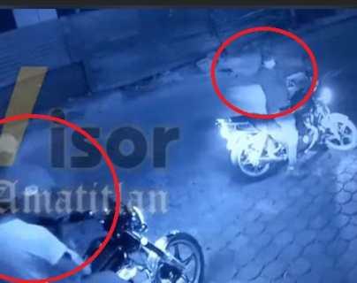 Niña fue testigo del robo de la motocicleta de sus padres; hombres armados los obligaron a detenerse en una calle de Teculután
