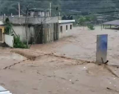 Impresionantes videos muestran cómo un río se desborda e inunda varias viviendas en Coatepeque