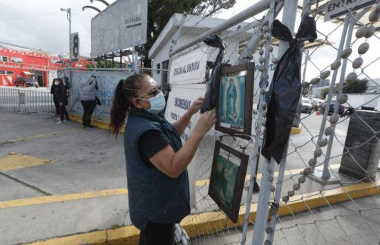 """""""Estamos de luto"""": mujeres organizadas colocan moñas y mantas para exigir acciones concretas contra el covid-19"""