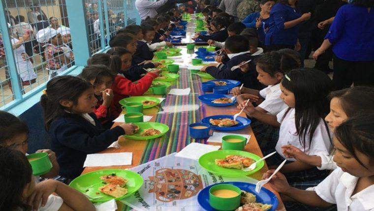 La alimentación escolar podría alcanzar a un grupo reducido de beneficiarios, advierten analistas. (Foto Prensa Libre: Hemeroteca PL)