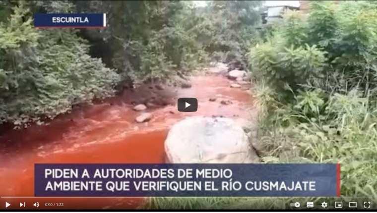 Las aguas del río Cusmajate en Escuintla corren contaminadas. (Foto Prensa Libre:)