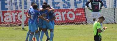 Los jugadores de Santa Lucía festejando uno de sus tres goles bajo la mirada del portero rival, José Carlos García. (Foto Prensa Libre: Liga Nacional Facebook)