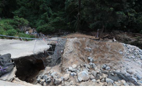 Panorama del hundimiento en el paso a desnivel Santa Rosalía en el kilómetro 12 carretera a El Salvador. (Foto Prensa Libre: Elmer Vargas)