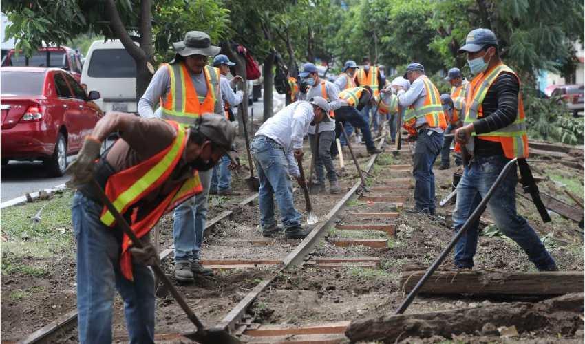 La habilitación de vías del tren continúa, pero estas forman parte de proyectos diferentes que Ferrovías debe avalar.  (Foto Prensa Libre: Érick Ávila)