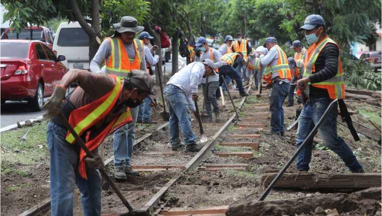 Brigadas de trabajo despejan tramos de la vía férrea ubicados en varias zonas capitalinas y evalúan el estado de los rieles y durmientes. (Foto Prensa Libre: Érick Ávila)