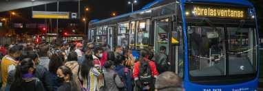 Autobuses eléctricos recogen a pasajeros en Bogotá, Colombia, el 8 de marzo de 2021. (Federico Rios/The New York Times)