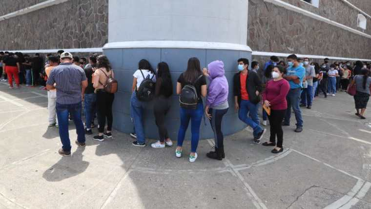 Guatemaltecos acuden a centros de vacunación para prevenir el covid-19. (Foto Prensa Libre: Elmer Vargas)