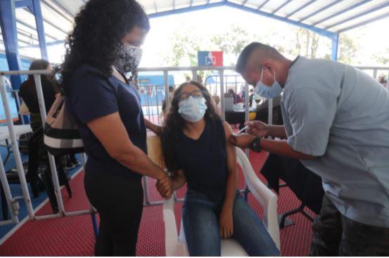 Keren Victoria Rodríguez Gómez, de 15 años, recibe la vacuna contra el coronavirus. (Foto Prensa Libre: Juan Diego González)