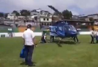 Graban el momento en que viceministro del Maga sufre caída al bajar de helicóptero en Sololá
